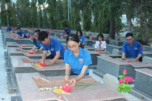 Hơn 1.000 đoàn viên, thanh niên Nha Trang thắp nến tri ân các anh hùng liệt sĩ ảnh 5