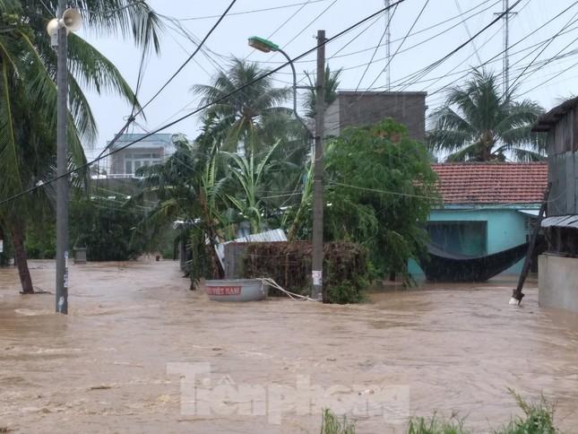 Nhiều nơi ở Khánh Hoà ngập lụt sau bão số 12 ảnh 4