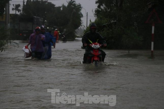 Nước lũ dâng cao, nhiều khu dân cư ở Phú Yên bị chia cắt ảnh 4