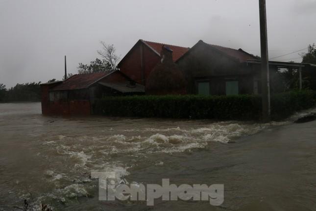 Nước lũ dâng cao, nhiều khu dân cư ở Phú Yên bị chia cắt ảnh 2