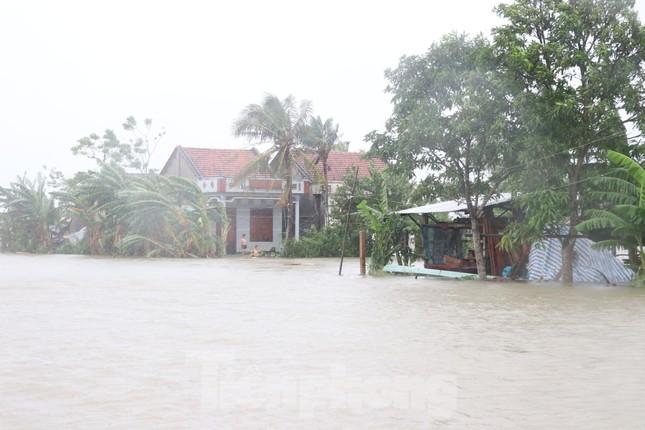 Nước lũ dâng cao, nhiều khu dân cư ở Phú Yên bị chia cắt ảnh 3