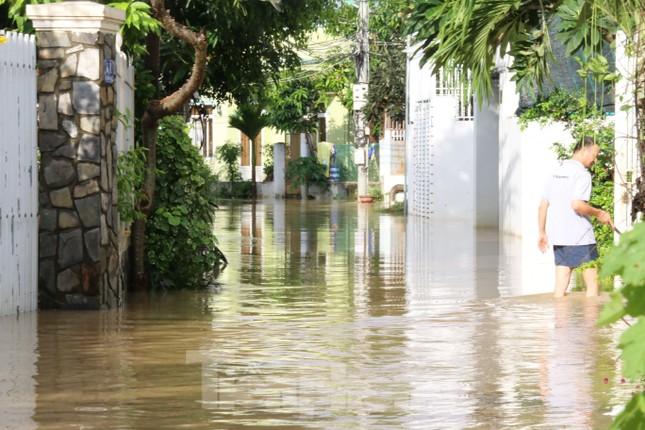 Bão tan nhưng dân phố biển Nha Trang vẫn bì bõm nơi nước ngập ảnh 5