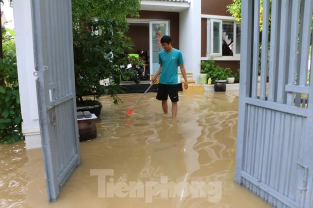 Bão tan nhưng dân phố biển Nha Trang vẫn bì bõm nơi nước ngập ảnh 7