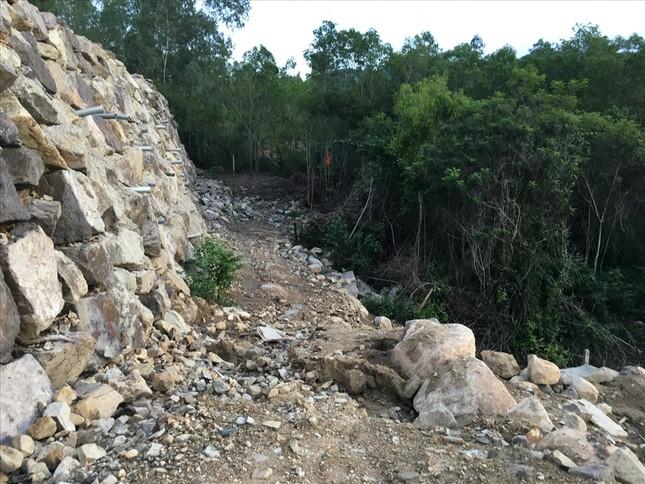 Nha Trang sẽ cưỡng chế bức tường đá khổng lồ 'treo' trên đầu dân ảnh 1