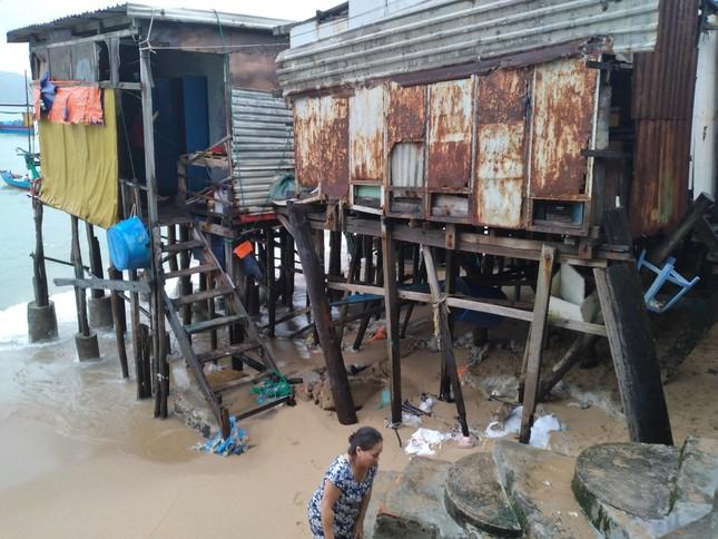 Sóng đánh nhà tơi tả, dân xóm Chụt Nha Trang sống trong sợ hãi ảnh 2