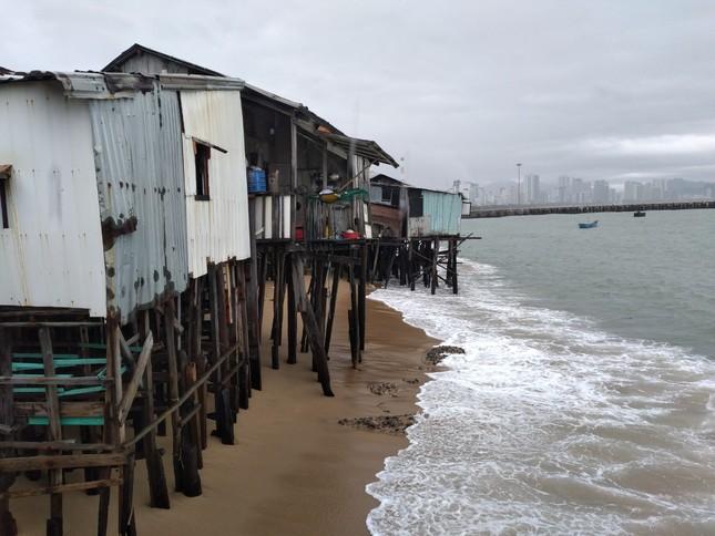 Sóng đánh nhà tơi tả, dân xóm Chụt Nha Trang sống trong sợ hãi ảnh 6