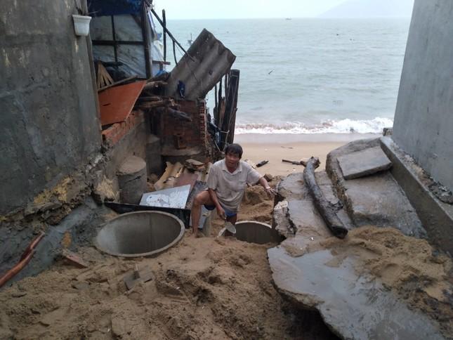 Sóng đánh nhà tơi tả, dân xóm Chụt Nha Trang sống trong sợ hãi ảnh 4
