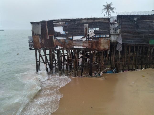Sóng đánh nhà tơi tả, dân xóm Chụt Nha Trang sống trong sợ hãi ảnh 7