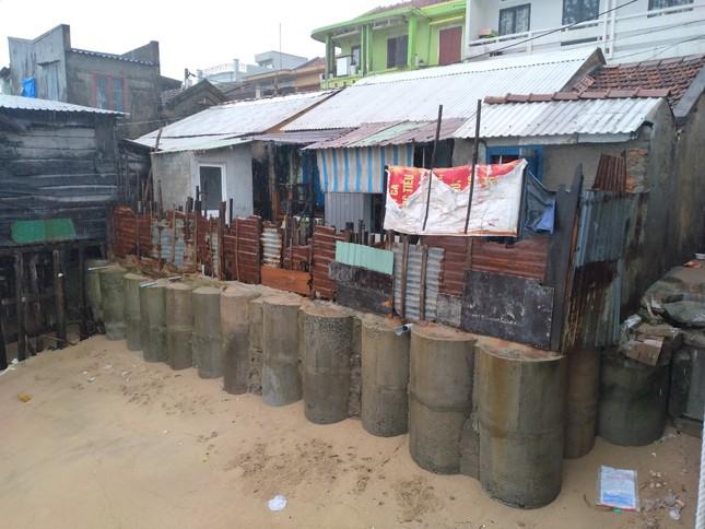 Sóng đánh nhà tơi tả, dân xóm Chụt Nha Trang sống trong sợ hãi ảnh 8