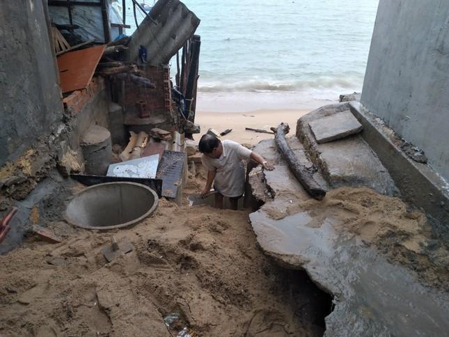 Sóng đánh nhà tơi tả, dân xóm Chụt Nha Trang sống trong sợ hãi ảnh 5