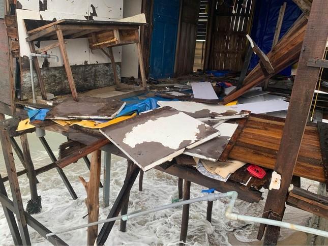 Sóng đánh nhà tơi tả, dân xóm Chụt Nha Trang sống trong sợ hãi ảnh 1