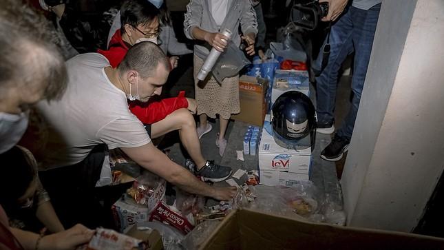 Chàng trai Tây giúp đỡ người vô gia cư ở Hà Nội ảnh 1