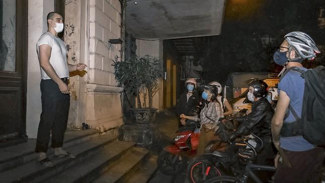 Chàng trai Tây giúp đỡ người vô gia cư ở Hà Nội ảnh 4