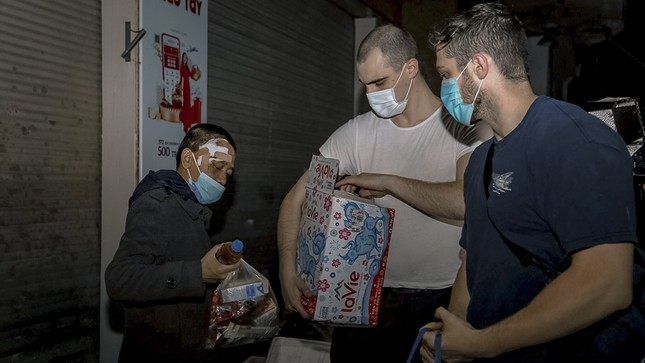 Chàng trai Tây giúp đỡ người vô gia cư ở Hà Nội ảnh 5