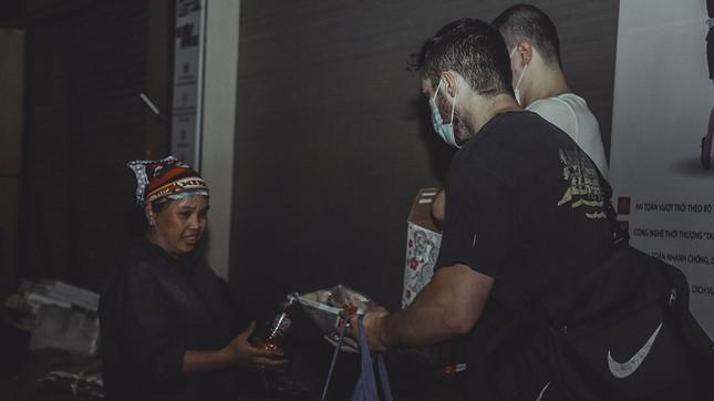 Chàng trai Tây giúp đỡ người vô gia cư ở Hà Nội ảnh 8
