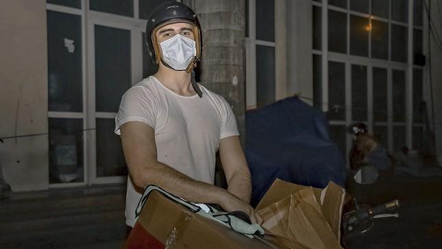 Chàng trai Tây giúp đỡ người vô gia cư ở Hà Nội ảnh 11