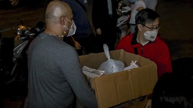 Chàng trai Tây giúp đỡ người vô gia cư ở Hà Nội ảnh 12