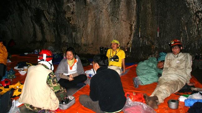 'Độn thổ' vào động núi lửa lớn nhất Đông Nam Á ảnh 1