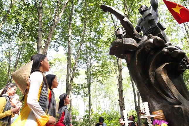 Người đẹp và khu rừng huyền thoại ảnh 1