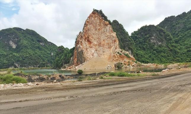 """Tận thấy núi đá vịnh Hạ Long bị """"xẻ thịt"""" ảnh 2"""