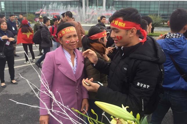 Bố mẹ của cầu thủ: Người ra Hà Nội đón, người đợi chờ ảnh 2