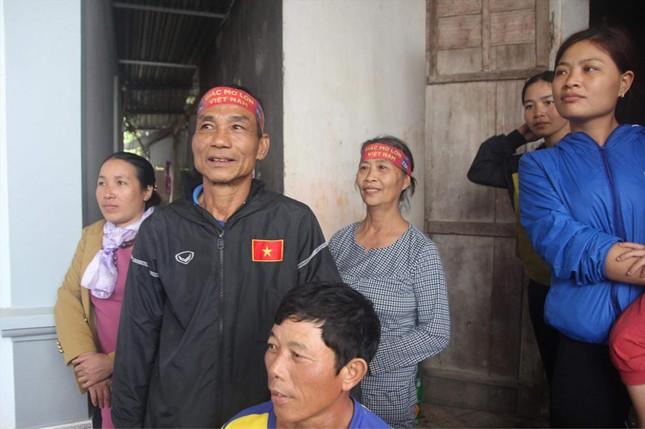 Bố mẹ của cầu thủ: Người ra Hà Nội đón, người đợi chờ ảnh 1