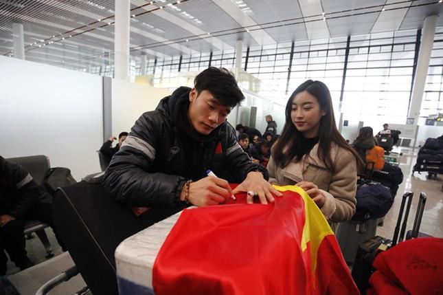 Chuyến bay nặng tình đón những người hùng U23 Việt Nam ảnh 1
