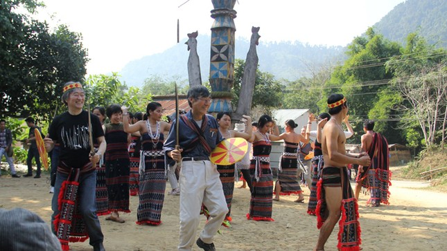 Cả làng Cơ Tu làm du lịch ảnh 2