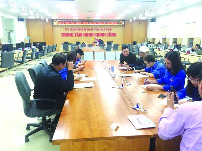 Đoàn viên hỗ trợ người dân, DN thực hiện thủ tục qua dịch vụ công trực tuyến ảnh 1