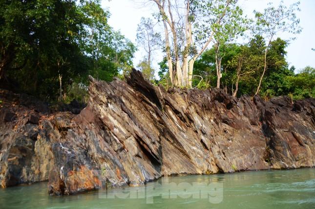 Kỳ ảo bãi đá trăm triệu năm bên sông Sêrêpốk ảnh 9