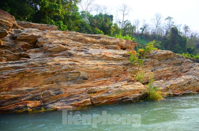 Kỳ ảo bãi đá trăm triệu năm bên sông Sêrêpốk ảnh 10