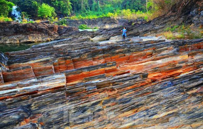 Kỳ ảo bãi đá trăm triệu năm bên sông Sêrêpốk ảnh 4