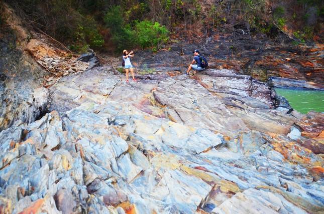 Kỳ ảo bãi đá trăm triệu năm bên sông Sêrêpốk ảnh 7