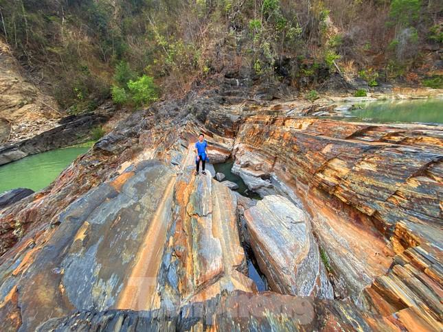Kỳ ảo bãi đá trăm triệu năm bên sông Sêrêpốk ảnh 11