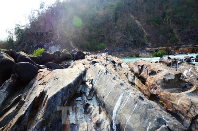 Kỳ ảo bãi đá trăm triệu năm bên sông Sêrêpốk ảnh 1