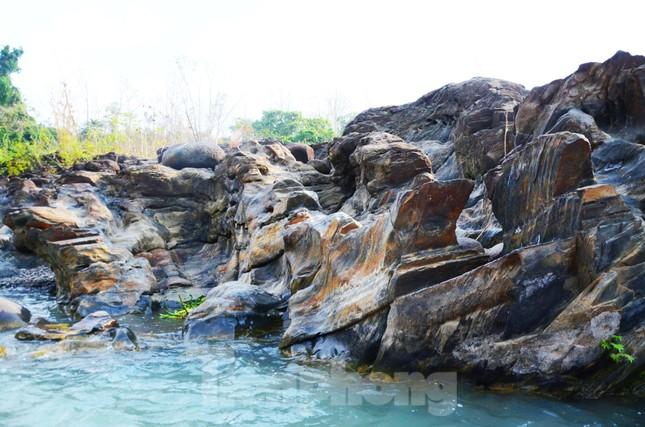 Kỳ ảo bãi đá trăm triệu năm bên sông Sêrêpốk ảnh 3