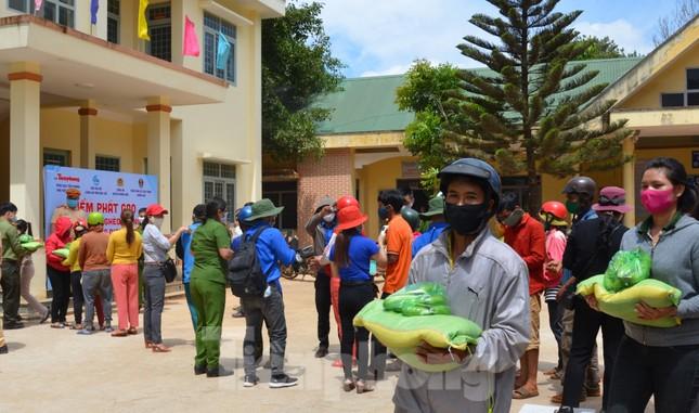 Tiền Phong trên Tây Nguyên: Những chuyến trao quà, phát gạo gắn kết tình quân dân ảnh 2