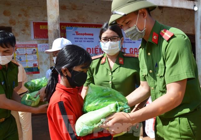 Tiền Phong trên Tây Nguyên: Những chuyến trao quà, phát gạo gắn kết tình quân dân ảnh 3