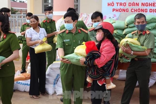 Tiền Phong trên Tây Nguyên: Những chuyến trao quà, phát gạo gắn kết tình quân dân ảnh 9