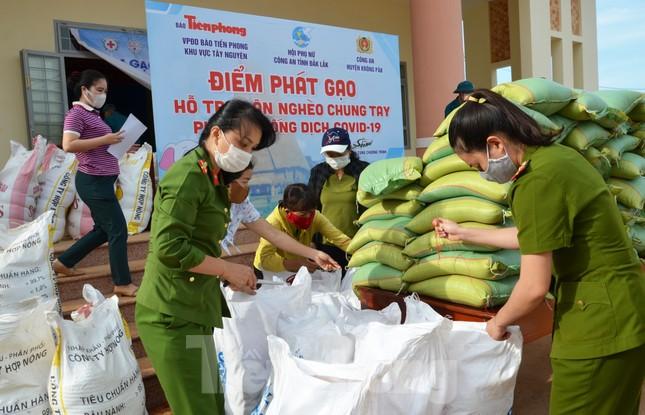 Tiền Phong trên Tây Nguyên: Những chuyến trao quà, phát gạo gắn kết tình quân dân ảnh 11