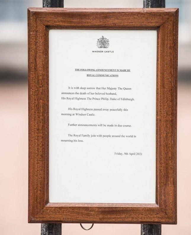 Người dân Anh bày tỏ sự tri ân trước sự ra đi của Hoàng tế Philip ảnh 2