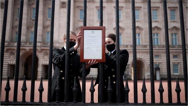 Người dân Anh bày tỏ sự tri ân trước sự ra đi của Hoàng tế Philip ảnh 1