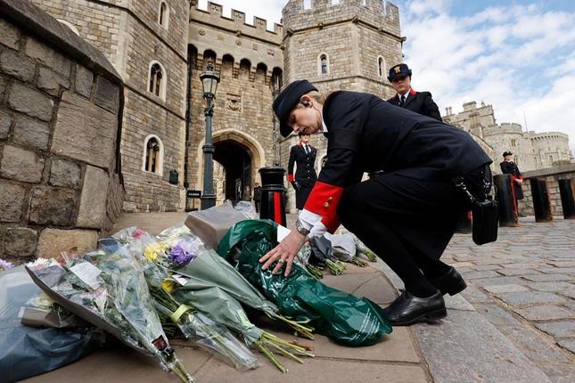 Người dân Anh bày tỏ sự tri ân trước sự ra đi của Hoàng tế Philip ảnh 7