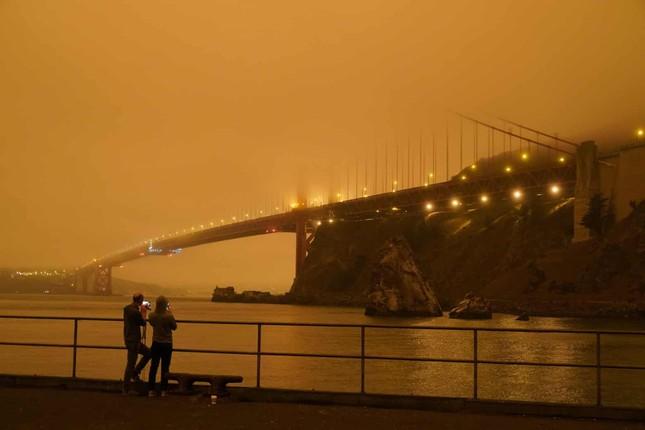 Cháy rừng ở Mỹ: Bầu trời chuyển màu đỏ cam, người dân ngủ quên vì trời quá tối ảnh 2