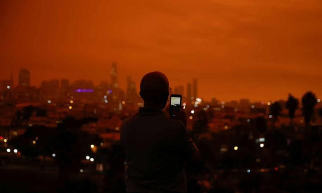 Cháy rừng ở Mỹ: Bầu trời chuyển màu đỏ cam, người dân ngủ quên vì trời quá tối ảnh 1