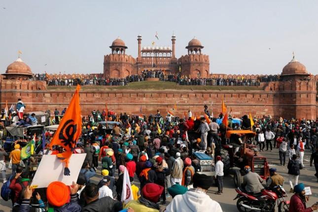 Hàng chục nghìn nông dân Ấn Độ lái máy cày biểu tình rầm rộ ở Thủ đô Delhi ảnh 1