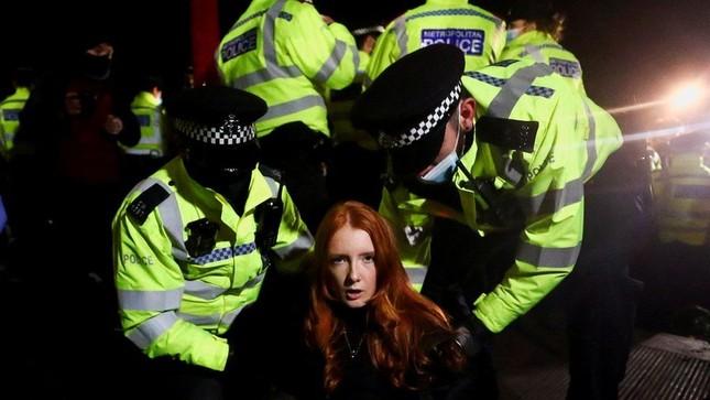 Vương quốc Anh 'sục sôi' vì cái chết của cô gái bị cảnh sát bắt cóc và giết hại ảnh 1