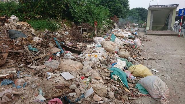 Hà Nội: Người dân khốn khổ vì rác thải 'bủa vây' hầm đường bộ ảnh 2