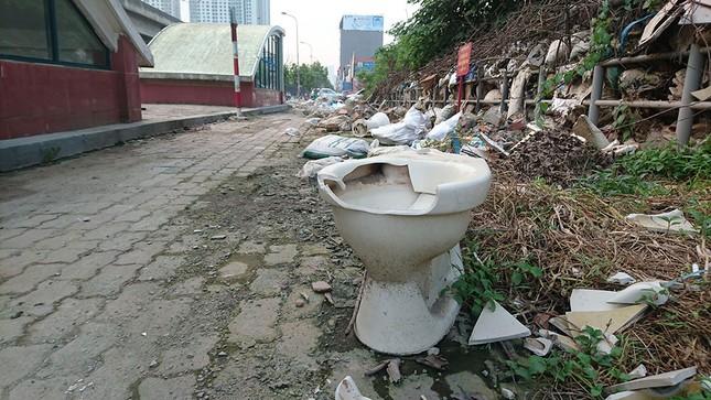 Hà Nội: Người dân khốn khổ vì rác thải 'bủa vây' hầm đường bộ ảnh 4