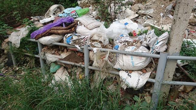 Hà Nội: Người dân khốn khổ vì rác thải 'bủa vây' hầm đường bộ ảnh 5